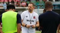 Pelatih Madura United, Dejan Antonic. (Bola.com/Aditya Wany)
