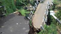 Puing jembatan beton yang terletak di Kampung Babakan Sukamantri RT 04/ Rw 07, Kelurahan Pasir Jaya ini dibiarkan teronggok melintang menutupi aliran kali. (Liputan6.com/Darno)