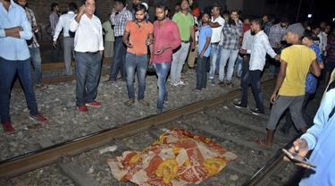 Kereta menabrak kerumunan orang yang menyemut di rel kereta api di Amritsar, India (AP/Prabhjot Gill)