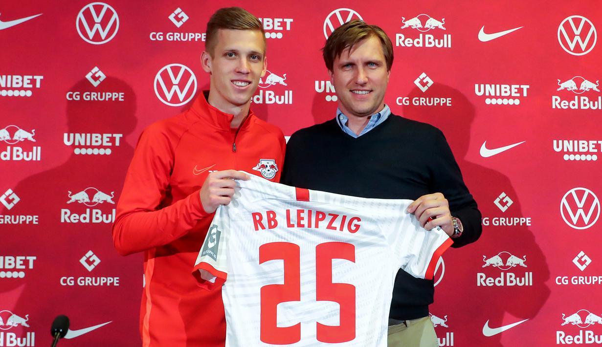 Gelandang baru RB Leipzig asal Spanyol, Dani Olmo bersama direktur olahraga Markus Kroesche berpose dengan jersey klub barunya di Leipzig, Jerman timur (27/1/2020). RB Leipzig mengontrak Dani Olmo dari Dinamo Zagreb. (Jan Woitas/dpa/AFP)