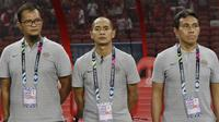 Pelatih Timnas Indonesia, Bima Sakti, Kurniawan Dwi Yulianto dan Kurnia Sandy, saat melawan Singapura pada laga Piala AFF 2018 di Stadion Nasional, Singapura, Jumat (9/11). Singapura menang 1-0 atas Indonesia. (Bola.com/M. Iqbal Ichsan)