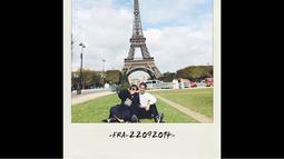 Fitri dan sang suaminya berpose duduk dengan berlatar belakang Menara Eiffel, (13/10/14). (instagram.com/fitrop)