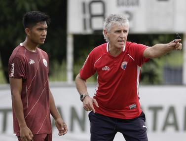 Pelatih Persija Jakarta, Ivan Kolev, memberikan instruksi kepada pemainnya. (Bola.com/Yoppy Renato)