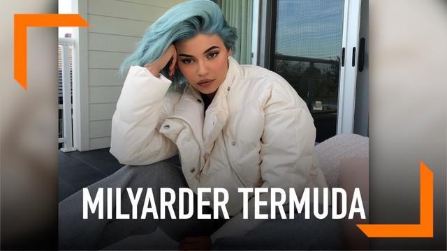 Kylie menjadi miliarder termuda di dunia dengan kekayaan $1,02 milyar atau Rp 14 T disebut Bloomberg Billionaires Index. Ia memiliki 90 persen saham Kylie Cosmetics dan sisanya dikelola sang ibu.