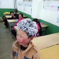 Saking dinginnya cuaca, rambut anak ini membeku. (Sumber Foto: Koreaboo)