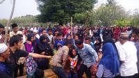 Ratusan orang mengantarkan jenazah Gilang Azwani, korban tewas ledakan kembang api saat malam penggantian tahun di Batam. (Liputan6.com/Ajang Nurdin)
