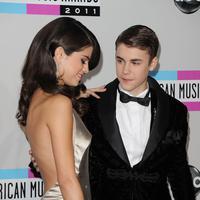Hubungan asmara Selena Gomez dan Justin Bieber memang mengalami putus-nyambung hingga beberapa kali. Keduanya juga masih menjalani hubungan baik sesama rekan didunia entertainment. (AFP/Bintang.com)