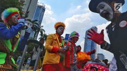 Komunitas Aku Badut Indonesia menggelar aksi penggalangan dana saat Car Free Day (CFD) di kawasan Thamrin, Jakarta, Minggu (6/1). Mereka melakukan atraksi akrobatik untuk menggalang dana bagi korban bencana tsunami Selat Sunda. (Liputan6.com/Johan Tallo)