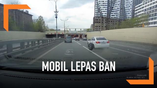 Insiden mengejutkan terjadi di Moskow, Rusia. Sebuah mobil lepas ban di jalan tol. Pemilik mobil sampai berlari di sepanjang jalan tol untuk mengejar ban yang terguling.