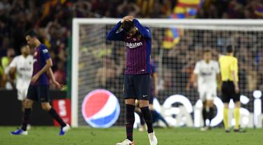 Bek Barcelona, Gerard Pique, tampak kecewa usai dikalahkan Valencia pada laga Copa del Rey di Stadion Benito Villamarin, Sevilla, Sabtu (25/5). Barcelona kalah 1-2 dari Valencia. (AFP/Pau Barrena)