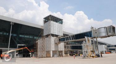 Pembangunan Tower Air Traffic Controller (ATC) di Terminal 3 Ultimate Bandara Soekarno-Hatta, Tangerang, Rabu (13/7). Angkasa Pura II terus kebut pembangunan ATC dengan target penyelesaian tower 1 minggu mendatang. (Liputan6.com/Helmi Afandi)