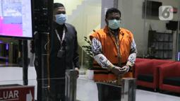Walikota Tanjungbalai nonaktif, M Syahrial usai menjalani sidang pembacaan vonis secara virtual dari Pengadilan Tipikor Medan di Gedung KPK, Jakarta, Senin (20/9/2021). M Syahrial divonis 2 tahun penjara, denda Rp 100 juta, subsider 4 bulan kurungan. (Liputan6.com/Helmi Fithriansyah)