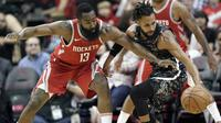 Pebasket Houston Rockets, James Harden, berebut bola dengan pebasket San Antonio Spurs, Patty Mills, pada laga NBA di Toyota Center Selasa (13/2/2018). Houston Rockets menang 109-93 atas San Antonio Spurs. (AP/David J. Phillip)