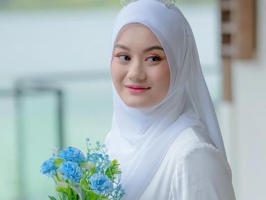 Pemilik nama asli Nyimas Khodijah Nasthiti Adinda ini merupakan salah satu seleb yang punya penampilan menarik. Di kesehariannya, ia tampak sering mengenakan baju putih. Penampilan Dinda Hauw saat pakai baju putih pun terlihat anggun.  (Liputan6.com/IG/@dindahw)