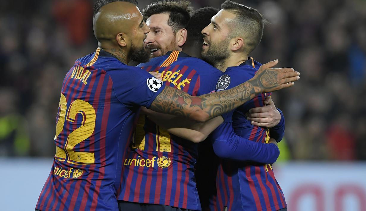 Selebrasi gol pertama Barcelona pada leg kedua, babak 16 besar Liga Champions yang berlangsung di Stadion Camp Nou, Barcelona, Kamis (14/3). Barcelona menang 5-1 atas Lyon. (AFP/Lluis Gene)