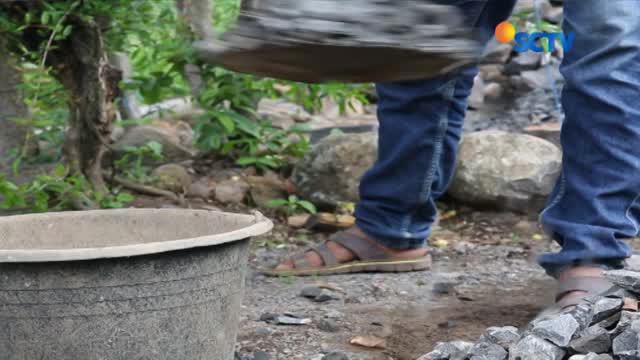Radi Daeng Lopo atau Nenek Radi jalani kehidupan selama 40 tahun terakhir sebagai kuli pemecah batu di Jeneponto, Sulawesi Selatan.