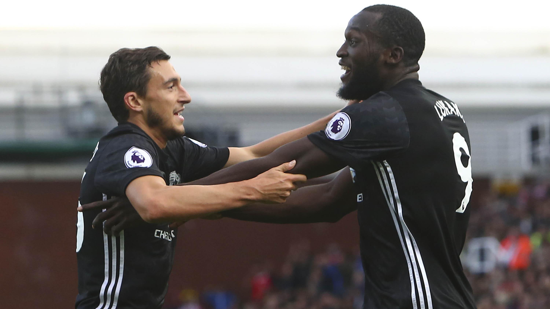 Pemain Manchester United, Matteo Darmian, merayakan gol yang dicetak Romelu Lukaku. (AFP/Geoff Caddick)