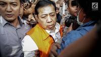 Tersangka kasus korupsi E-KTP Setya Novanto meninggalkan gedung KPK usai menjalani pemeriksaan di Jakarta, Selasa (21/11). Mengenakan kemeja putih yang dipadu dengan rompi oranye, wajah Ketua DPR itu tampak lelah dan lusuh. (Liputan6.com/Faizal Fanani)