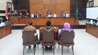 Kiri-Kanan: Pengadilan Negeri (PN) Jakarta Timur menghadirkan ketiga terdakwa Djoko Tjandra, Anita Dewi Kolopaking, dan Brigjen Prasetijo Utomo, Jumat (27/11/2020). (Merdeka/Bachtiarudin Alam)