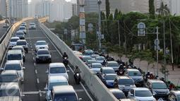 Pengendara motor melintas di Jalan Layang Non Tol Tanah Abang arah Kampung Melayu, Jakarta, Kamis (28/7). Meski berbahaya, para pengendara sepeda motor seringkali nekat melintasi JLNT Kampung Melayu-Tanah Abang. (Liputan6.com/Helmi Fithriansyah)