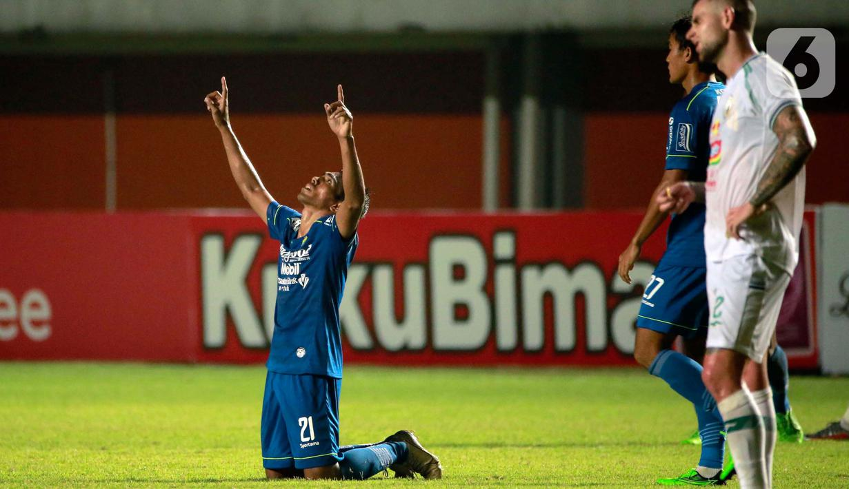 Selebrasi pemain Persib Bandung, Freta Butuan usai menjebol gawang PS Sleman dalam pertandingan semifinal leg pertama Piala Menpora 2021 di Stadion Maguwoharjo, Sleman, Jumat (16/4/2021). Persib menang tipis atas PS Sleman 2-1. (Bola.com/Ikhwan Yanuar)