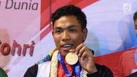 Pelari muda Indonesia, Lalu Muhammad Zohri memperlihatkan medali saat penyambutan di Terminal 3 Bandara Soetta, Tangerang, Selasa (17/7). Lalu M Zohri meraih emas lari 100m putra di Kejuaraan Dunia Atletik U-20. (Liputan6.com/Helmi Fithriansyah)