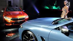 Seorang model beridiri dekat all new BMW Seri 8 Coupe saat peluncuran di Jakarta, Jumat (17/5/2019). Dari sisi dapur pacu, mobil terbaru ini dibenamkan mesin 4,4 liter dengan teknologi BMW m performance twinpower turbo. (Liputan6.com/HO/Dani)