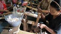 Proses pelintingan sigaret kretek tangan (SKT) di sebuah industri rokok di Kediri, Jatim. Saat ini tinggal 75 industri rokok yang bertahan akibat tarif cukai tembakau naik setiap tahunnya. (Antara)