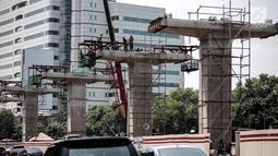 Pekerja mengerjakan pembangunan proyek Light Rail Transit (LRT) Cawang-Dukuh Atas di Jakarta, Kamis (10/5). Saat ini progress pengerjaan proyek Cawang-Dukuh Atas mencapai 22 persen dan ditarget dapat selesai pertengahan 2019. (Liputan6.com/Faizal Fanani)