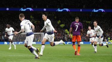 Penyerang Tottenham Hotspur, Son Heung Min berselebrasi setelah mencetak gol ke gawang Manchester City dalam leg pertama perempat final Liga Champions 2018-2019, di kandang sendiri, Rabu (10/4). Tottenham menang atas Man City dengan skor 1-0 berkat Son Heung-min. (Adam Davy/PA via AP)