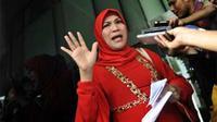 Dorce Gamalama usai diperiksa tim penyidik KPK di Jakarta, Rabu (22/9). Dorce diperiksa terkait kasus dugaan korupsi dana APBD Langkat yang melibatkan Gubernur Sumut, Syamsul Arifin.(Antara)