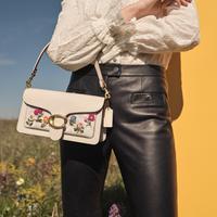 Coach menghadirkan koleksi tas vintage terbaru dengan aksen bordiran bunga yang terinspirasi dari era 1970./Dok. Coach
