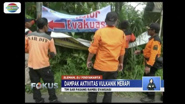 Gunung Merapi masih bergejolak, tim SAR di Sleman, Yogyakarta pasang rambu jalur evakuasi untuk memudahkan warga menyelamatkan diri.