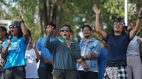 Menteri Susi Pudjiastuti menyanyi bersama Kaka Slank dan Robby Navicula dalam pawai Bebas Sampah Plastik di Taman Aspirasi Monas, Jakarta, Minggu (21/7/2019). Pawai mengajak masyarakat untuk menolak penggunaan plastik sekali pakai karena sudah mengancam lingkungan. (Liputan6.com/Immanuel Antonius)