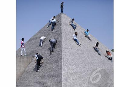 Anak-anak bermain di atas miniatur Piramid di Beijing World Park (AFP Photo/STR)