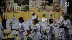 Rangkaian prosesi upacara Tawur Agung Kesanga 2019 di Pura Aditya Jaya Rawamangun, Jakarta, Rabu (6/3). Prosesi Tawur Agung merupakan rangkaian perayaan Hari Raya Nyepi Tahun Baru Saka 1941. (Liputan6.com/Faizal Fanani)
