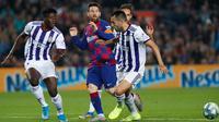 Megabintang Barcelona, Lionel Messi melakukan umpan silang dibayangi tiga pemain Real Valladolid dalam pertandingan pekan ke-11 La Liga  di Camp Nou, Selasa (29/10/2019). Barcelonamenutup laga dengan kemenangan 5-1 lewat gol tambahan dari Lionel Messi dan Luis Suarez. (AP/Joan Monfort)