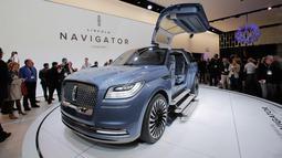 Pengunjung melihat mobil konsep Lincoln Navigator saat New York International Auto Show 2016 di Manhattan, New York (23/3). Mobil konsep ini hadir dengan tiga buah anak tangga pada masing-masing pintu masuk kiri dan kanan. (REUTERS/Eduardo Munoz)