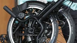 Petugas KPK membawa sepeda yang diserahkan perantara anggota Komisi II DPR Fraksi PDIP Ihsan Yunus, Agustri Yogasmara di Gedung KPK, Jakarta, Rabu (10/2/2021). Agustri menyerahkan dua unit sepeda kepada KPK terkait kasus suap pengadaan bansos untuk Jabodetabek 2020. (Liputan6.com/Helmi Fithriansyah)