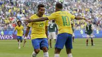 Striker Brasil, Roberto Firmino, merayakan gol yang dicetaknya ke gawang Meksiko pada babak 16 besar Piala Dunia di Samara Arena, Samara, Senin (2/6/2018). Brasil menang 2-0 atas Meksiko. (AP/Andre Penner)