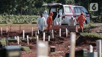 Petugas Suku Dinas Pertamanan dan Pemakaman membawa jenazah pasien COVID-19 untuk dimakamkan di TPU Pondok Rangon, Jakarta, Rabu (17/6/2020).  Tercatat ada penambhan 1.031 orang total kasus hingga Rabu (17/6/2020) pukul 12.00 WIB sebanyak 41.431 orang. (Liputan6.com/Johan Tallo)