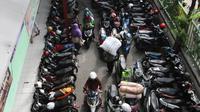 Jejeran motor yang berada di parkiran Blok G Tanah Abang, Jakarta, Jumat (27/4). Para pedagang menolak usul pemindahan buat pemugaran Blok G, karena beralasan pengunjung sepi jika mereka ditempatkan di Blok F. (Liputan6.com/Arya Manggala)