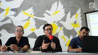 Direktur Amnesty International Indonesia Usman Hamid (tengah) menyampaikan keterangan bersama IPT 65 di Jakarta, Jumat (20/10). Rilis terkait Indonesia perlu membuka arsip tragedi 65 pasca diungkapnya dokumen Amerika. (Liputan6.com/Helmi Fithriansyah)