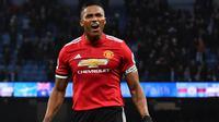 1. Antonio Valencia - Berstatus kapten Setan merah membuat nya belum tentu bertahan di Old Trafford musim panas ini. Pria berusia 33 tahun itu masih mengalami cedera ligamen yang membuat Manchester United berat untuk mempertahankannya. (AFP/Ben Stansall)