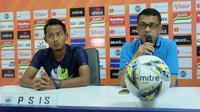 Pelatih PSIS Semarang, Jafri Sastra (kanan) bersama pemainnya, Fauzan Fajri. (Bola.com/Vincentius Atmaja)