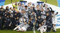 Para pemain Juventus melakukan selebrasi usai menjuarai Piala Super Italia di Stadion Mapei, Rabu (20/1/2021). Juventus menang dengan skor 2-0 atas Napoli. (AP/Antonio Calanni)