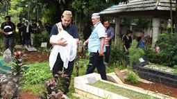Indra Bekti menggendong jenazah anak ketiganya, Kenward Athar Indrabekti, menuju TPU Kamboja, Radio Dalam,  Jakarta, Rabu (1/2). Istri Bekti, Aldilla Jelita, melahirkan saat usia kandungannya baru mencapai lima bulan. (Liputan6.com/Herman Zakharia)