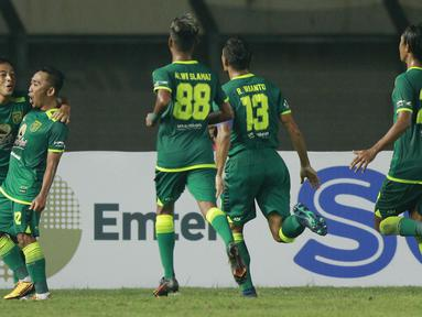 Para pemain Persebaya Surabaya merayakan gol kedua yang dicetak gelandang Rendi Irwan (kedua kiri) ke gawang Madura United dalam laga matchday ke-2 Grup C Piala Menpora 2021 di Stadion Si Jalak Harupat, Bandung, Minggu (28/3/2021). Persebaya menang 2-1 atas Madura United. (Bola.com/M Iqbal Ichsan)