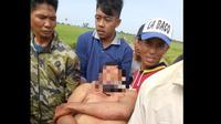 Darmawan saat dievakuasi oleh warga (Fauzan/Liputan6.com)