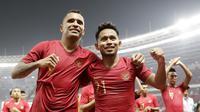 Pemain Timnas Indonesia, Beto Goncalves dan Andik Vermansah, merayakan kemenangan atas Timor Leste pada laga Piala AFF 2018 di SUGBK, Jakarta, Selasa (13/11). Indonesia menang 3-1 atas Timor Leste. (Bola.com/M. Iqbal Ichsan)